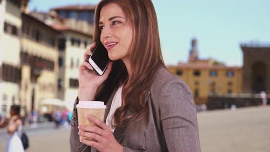 Thumbnail for Gut gekleidete weiße Frau findet Freund beim Gespräch mit ihnen am Telefon in Italien