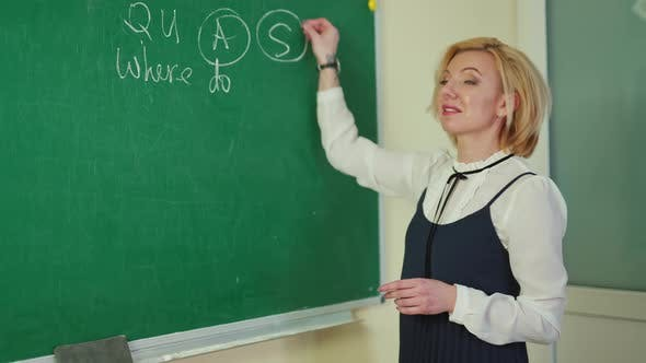 Der Lehrer schreibt an die Tafel