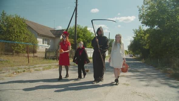 Halloween Menschen in Kostümen Trick-oder-Behandlung