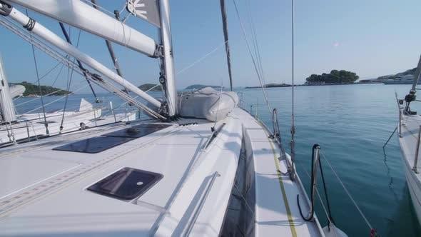 Thumbnail for Außenansicht eines Segelboot-Deck und eines Rettungsboot-Schlauchbootes.