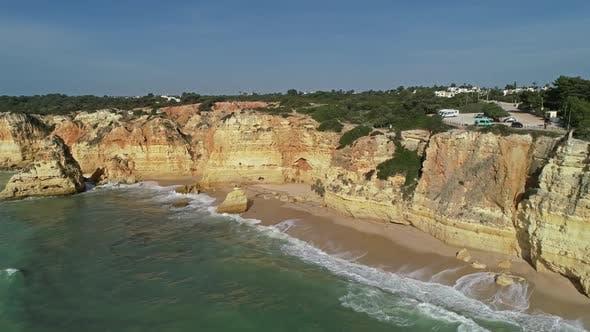 Luftbild auf Klippen und Wellen in der Algarve