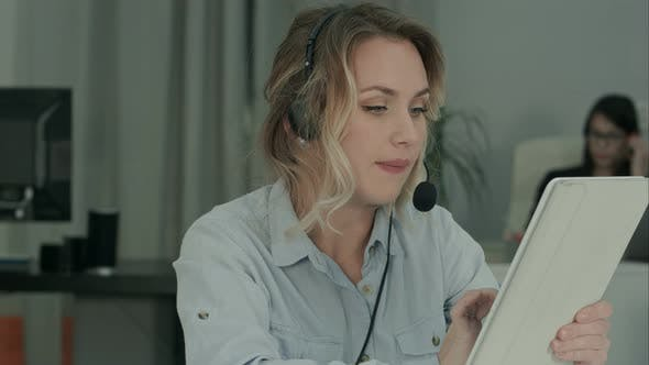 Thumbnail for Busy Call Operator, der mit vielen Telefonanrufen umgeht