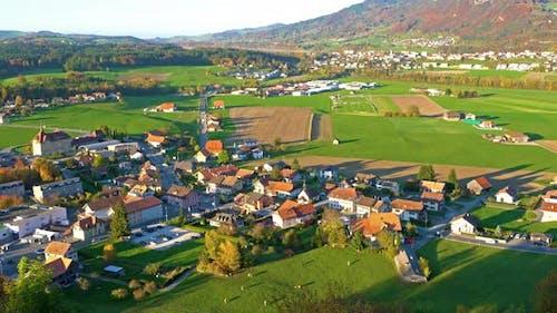 Schöne Landschaft mit traditionellen Häusern in der Schweiz