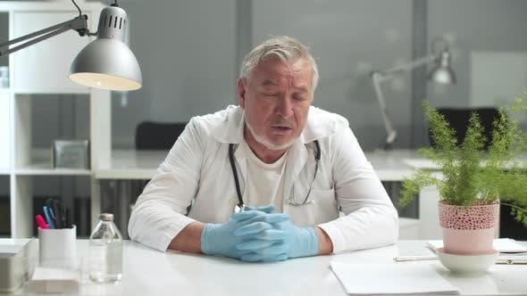 Ein alter Arzt in der Klinik erklärt die Folgen der Covid19-Epidemie sagt