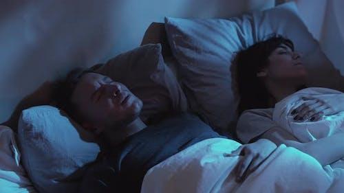 Albtraum Angst Nacht Terror gestörter Mann Bett