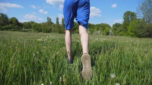 Folgen Sie dem Mann, der auf Country Field läuft