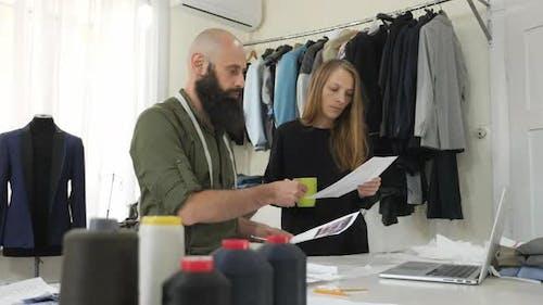 Schneider mit Assistent in der Werkstatt
