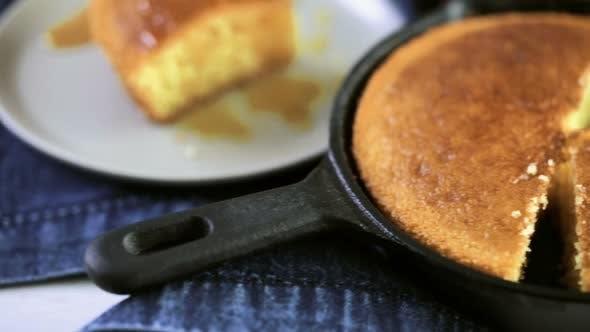 Thumbnail for Scheibe süßes Maisbrot mit Honig auf dem Teller