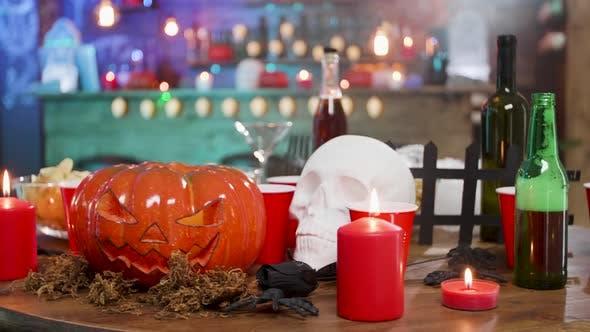 Halloween Stillleben Dekoration auf einem Tisch in einem Pub bereit für eine Party