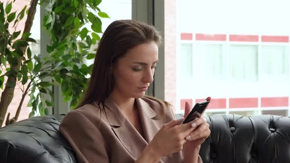 Female Executive Using Mobile Phone In The Office 4k