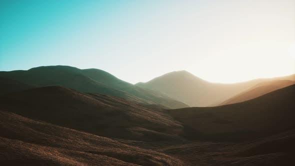 Hügel mit Felsen bei Sonnenuntergang