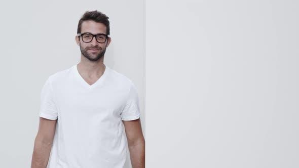 Brille Guy In Weiß