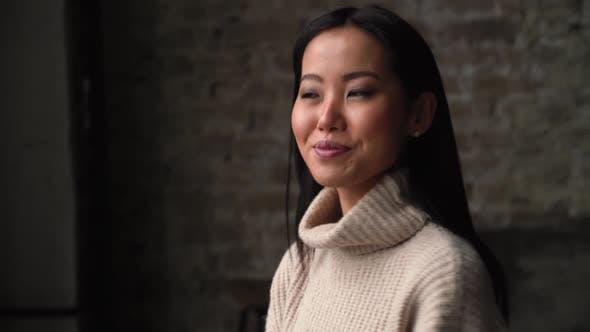 Thumbnail for jóvenes asiático Mujer apuntando a usted y mirando a cámara