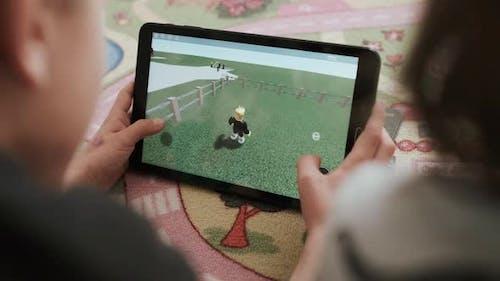 Jungen spielen Video spiele. Digitales Tablet.