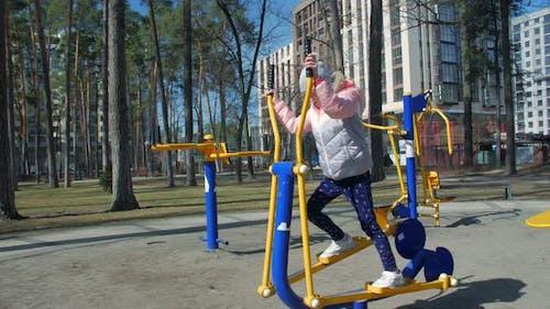 Kleines Mädchen auf Sportsimulator
