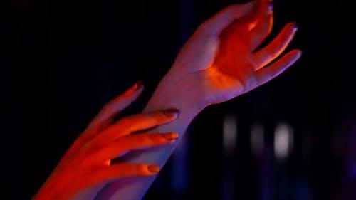 Extravagantes Theaterbild mit fluoreszierenden Farben Helles Make-up für Halloween