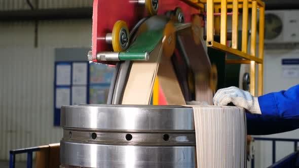 Thumbnail for Maschinen- und Industriekonzept. Lager Fabrik. Fertiges massives Lager, das für die Lieferung an gewickelt wird