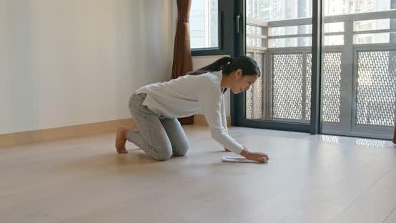 Femme chinoise nettoyer le sol pour le printemps propre