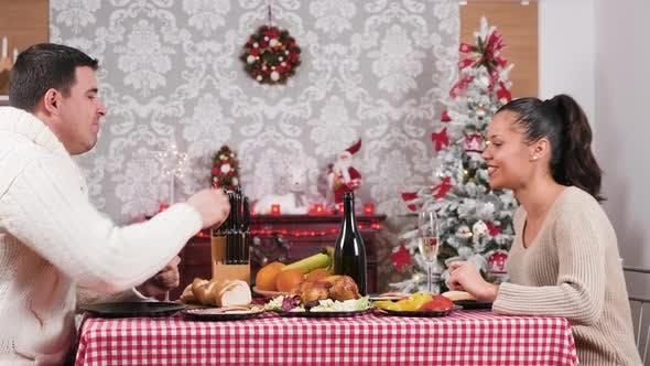 Thumbnail for Wunderschöne kaukasische paar genießen ein weihnachtsessen in ihrem Wohnzimmer