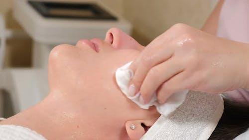 Beauty-Klinik. Kosmetikerin reinigt weibliches Gesicht Vorbereitung auf nachfolgende Schönheitsverfahren im Salon
