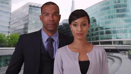 Thumbnail for Afrikanische Geschäftsmann und Geschäftsfrau stehen zuversichtlich draußen