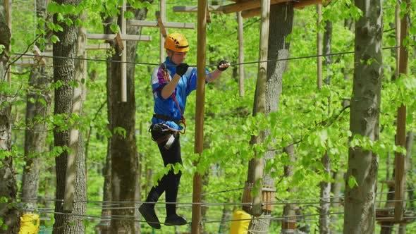 Thumbnail for Mann in einem Abenteuerpark