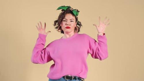 Femme élégante dansant drôle de danse. Concept musical.