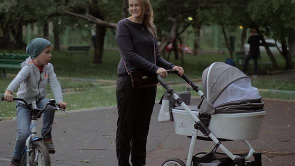 Mutter zu Fuß mit Baby und Elder Sohn Outdoor