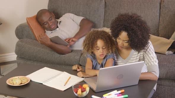 Thumbnail for Afroamerikanischer Familie macht Heimschule Arbeit mit Laptop