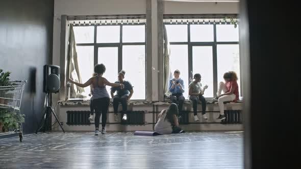 Frauen ruhen im Fitness-Studio