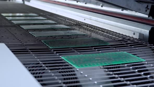 Print Circuit Board Pcb on Conveyor of SMT Automatic Pick and Place Machine for Assembly Electronic
