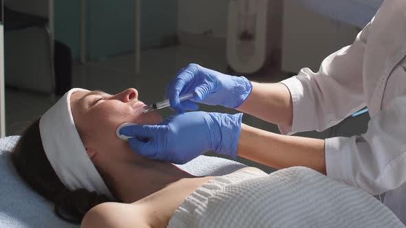 Thumbnail for Doctor Making the Botulinum Toxin Injektion zum Glätten von Falten
