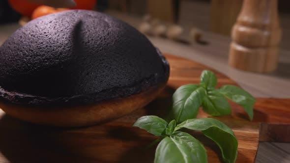 Messer schneidet eine schwarze Kruste von Tourteaux Jahan Pie