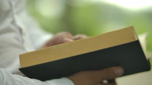 Ein schwarzes Buch lesen