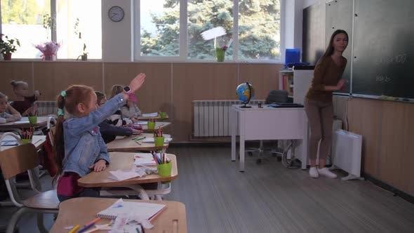 Thumbnail for Lehrer Aufruf Niedlich Schulmädchen zu Tafel