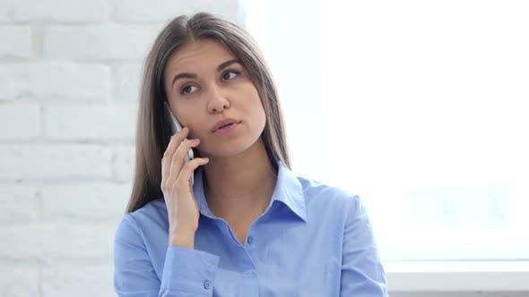Thumbnail for Frau bei der Arbeit im Gespräch mit dem Kunden auf dem Smartphone