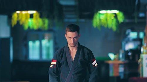Judo Fighter betrachtet den Feind vor dem Kampf, ein ernsthafter bedrohlicher Blick. Portrait-Ansicht.