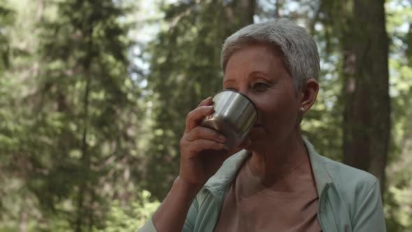 Porträt von Seniorin Frau trinken Tee im Freien
