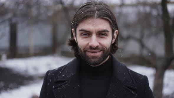 Красивый улыбающийся человек в зимнее время
