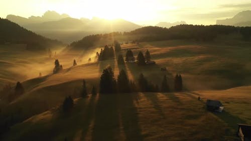LuftVideo des Sonnenaufgangs in den Dolomiten
