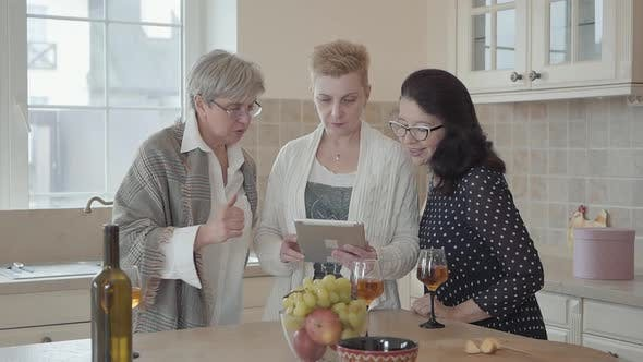 Thumbnail for Woman Showing To Her Friends Photos on Tablet