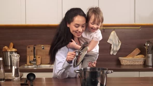 Alleinerziehende Mutter bei Küche