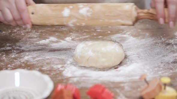 Schritt für Schritt. Ausrollen Teig für Kuchenkruste.