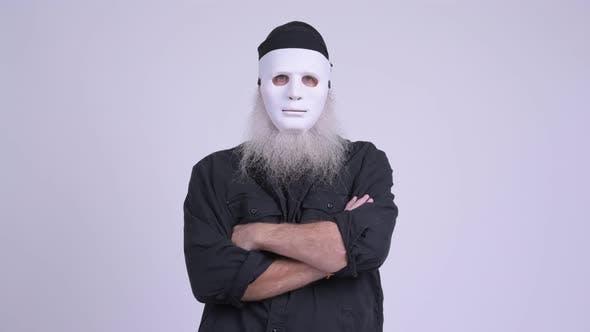 Reife bärtige Hipster Mann tragen weiße Maske als Halloween-Konzept
