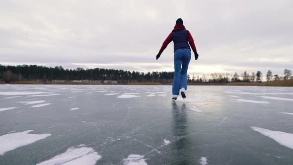 Thumbnail for Eine junge und schöne Frau läuft auf Eis