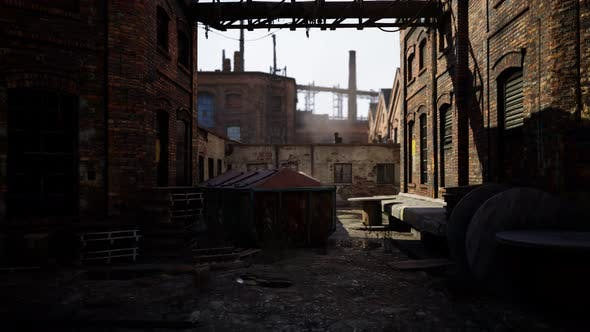 Verlassene Industriegebäude bei Sonnenuntergang