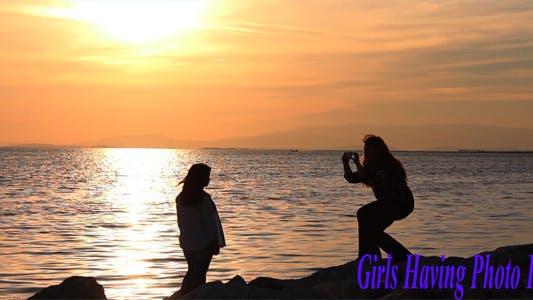 Thumbnail for Mädchen mit Foto Spaß