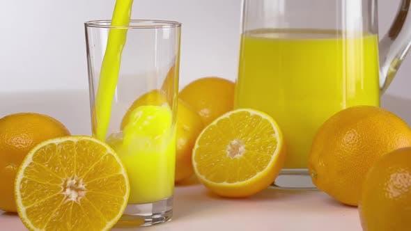 Orangensaft wird gegossen