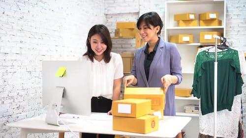 Joyeuses femmes d'affaires asiatiques souriantes au bureau