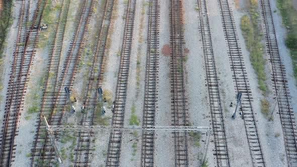 Thumbnail for Vider les voies ferrées parallèles dans une gare. Rails, traverses et ballast de voie permanente